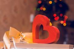 Jour du ` s de Valentine, coeur en bois et arc Amour de concept Décor romantique Photographie stock libre de droits