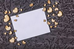 Jour du ` s de Valentine, jour du ` s de Valentine Coeurs et cadre vide sur un fond noir en pierre Images stock