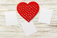 Jour du ` s de Valentine, jour du ` s de Valentine Coeurs et cadre vide sur un fond noir en pierre Veiw supérieur Image stock