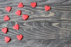Jour du `s de Valentine Coeurs rouges sur un fond en bois Photos libres de droits