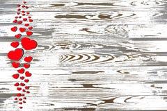 Jour du `s de Valentine Coeurs rouges sur un fond en bois blanc Images libres de droits