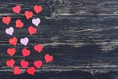Jour du `s de Valentine Coeurs rouges sur un vieux fond en bois Photos stock