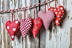 Jour du `s de Valentine Coeurs sur un fond blanc en bois Image stock