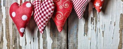 Jour du `s de Valentine Coeurs sur un fond blanc en bois Photographie stock libre de droits