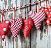 Jour du `s de Valentine Coeurs sur un fond blanc en bois Images stock