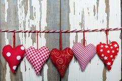 Jour du `s de Valentine Coeurs sur un fond blanc en bois Photographie stock