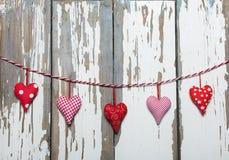 Jour du `s de Valentine Coeurs sur un fond blanc en bois Photo stock