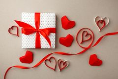 Jour du `s de Valentine Composition faite en cadeau, coeurs d'origami et ruban sur le fond gris Fond de jour de valentines Config photo stock