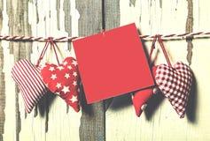 Jour du `s de Valentine Concept : Jour de tous les amants Coeurs faits main et un morceau de papier pour une lettre d'amour Image stock