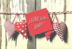 Jour du `s de Valentine Concept : Jour de tous les amants Coeurs faits main et un morceau de papier pour une lettre d'amour Photos stock