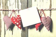 Jour du `s de Valentine Concept : Jour de tous les amants Coeurs faits main et un morceau de papier pour une lettre d'amour Photos libres de droits