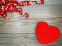 Jour du ` s de valentine d'amour de coeur sur le fond en bois Photo libre de droits