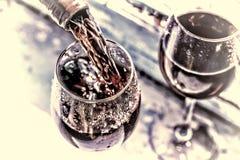Jour du ` s de Valentine, date, amour, célébration Vin rouge pleuvant à torrents Wine dans un verre, foyer sélectif, la tache flo Photo libre de droits