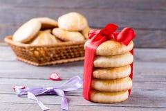 Jour du ` s de Valentine de biscuits avec de service et coeur sur la table en bois Photographie stock