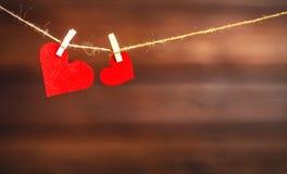 Jour du ` s de Valentine de fond Deux coeurs rouges sur en bois Photos stock