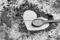 Jour du `s de Valentine Ensemble d'épices sur le fond en bois blanc Composition de condiment faisant la forme de coeur Concept d' Photo libre de droits