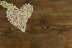 Jour du ` s de Valentine et concept d'amour sur le fond en bois Guimauves douces placées dans la forme de coeur Photo libre de droits