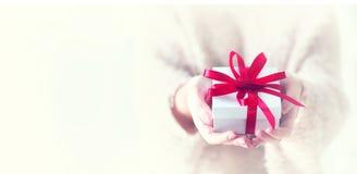 Jour du `s de Valentine Femme retenant la boîte-cadeau images libres de droits