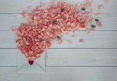 Jour du `s de Valentine Fleurs et lettre d'amour sur le fond en bois Rétro type Photos stock
