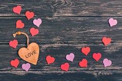 Jour du `s de Valentine Grands et petits coeurs sur un fond en bois foncé Photos libres de droits