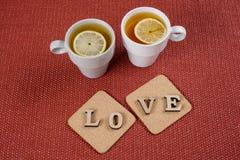 Jour du ` s de Valentine, l'amour de mot sur deux supports de liège Photographie stock libre de droits