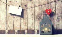 Jour du ` s de Valentine, maison ou concept d'amour Morceau de papier avec le woode Photographie stock libre de droits