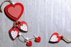 Jour du ` s de Valentine, mariage, amour En bois lumineux blancs et rouges entendent Images stock