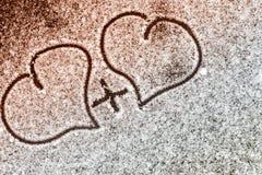 Jour du `s de Valentine Orientation molle Fond Plan rapproché Coeur dessiné dans la neige photo stock