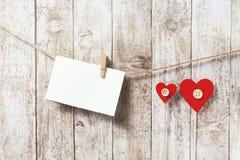 Jour du ` s de Valentine ou concept d'amour Morceau de papier avec la palourde en bois Photos stock
