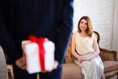 Jour du ` s de Valentine ou concept d'anniversaire - équipez le boîte-cadeau de dissimulation pour Photos libres de droits