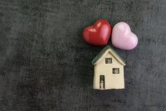 Jour du ` s de Valentine ou famille vivante romantique avec la maison d'amour avec c Photo stock