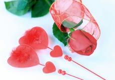 Jour du `s de Valentine Rose et bijoux sous forme de coeurs Photo stock