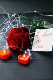 Jour du `s de Valentine Rose de rouge sur la table et dans le poids prises de coeur et de vin monde dans le poids Photos libres de droits