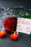 Jour du `s de Valentine Rose de rouge sur la table et dans le poids prises de coeur et de vin monde dans le poids Images libres de droits