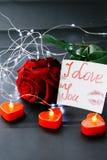 Jour du `s de Valentine Rose de rouge sur la table et dans le poids prises de coeur et de vin monde dans le poids Image stock