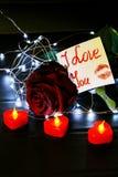 Jour du `s de Valentine Rose de rouge sur la table et dans le poids prises de coeur et de vin monde dans le poids Images stock