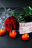 Jour du `s de Valentine Rose de rouge sur la table et dans le poids prises de coeur et de vin monde dans le poids Photographie stock libre de droits