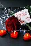 Jour du `s de Valentine Rose de rouge sur la table et dans le poids prises de coeur et de vin monde dans le poids Photo stock