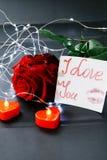Jour du `s de Valentine Rose de rouge sur la table et dans le poids prises de coeur et de vin monde dans le poids Photo libre de droits