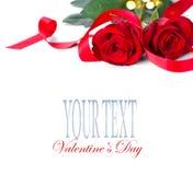 Jour du `s de Valentine roses rouges d'isolement blanches Photo stock