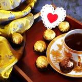 Jour du ` s de Valentine, un symbole de l'amour La vie toujours - thé dans un d'or Photo stock