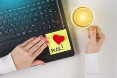 Jour du `s de Valentine Une note du texte 14 02 écrits sur un autocollant de papier Photos stock