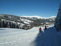 Jour ensoleillé à la station de vacances d'hiver dans les montagnes géantes Photos libres de droits
