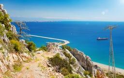 Jour ensoleillé, ciel bleu, mer claire près d'Antalya, Turquie Photo libre de droits