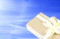 Jour ensoleillé clair Le ciel est bleu boîte-cadeau dans le style ancien, avec un ruban d'or Photo libre de droits