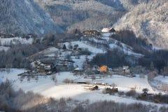 Jour ensoleillé d'un hiver, sur les collines sauvages de la Transylvanie avec des montagnes de Bucegi à l'arrière-plan Photo stock