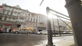 Jour ensoleillé dans la grande ville avec des rues passantes, personnes de marche, route avec l'embouteillage banque de vidéos