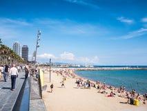 Jour ensoleillé dans la plage de Barceloneta Images libres de droits