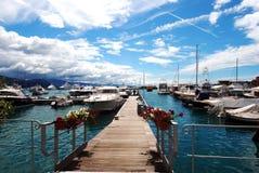 Jour ensoleillé dans le port avec les bateaux blancs Photographie stock libre de droits