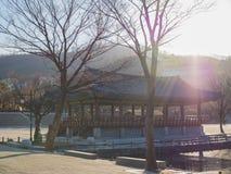Jour ensoleillé dans le village de Namsangol un horaire d'hiver photographie stock
